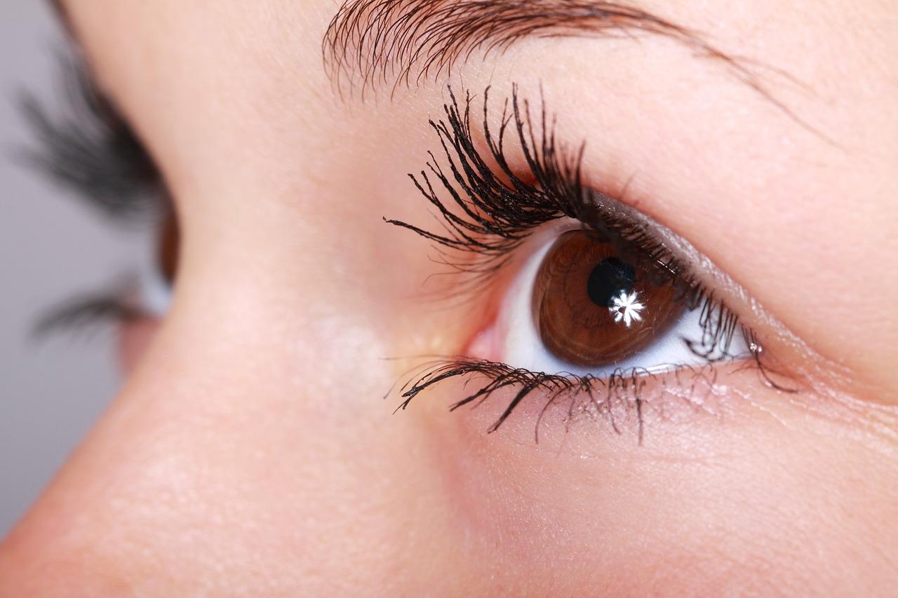 Jak długo utrzymuje się efekt makijażu permanentnego i czy należy go po jakimś czasie poprawiać?