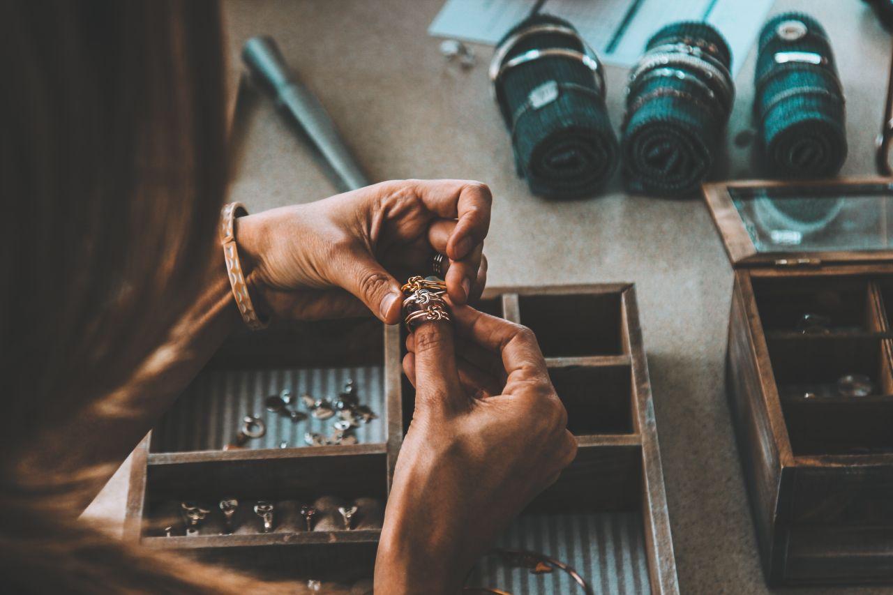 Złoto czy srebro – jak dobrać biżuterię do cery?