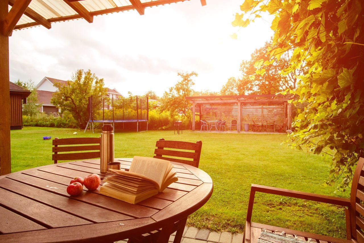 Jak przygotować profesjonalne miejsce na ognisko we własnym ogrodzie?