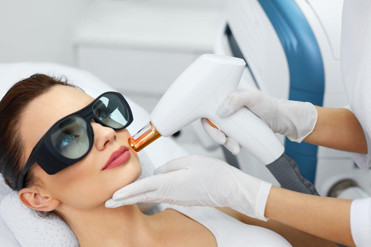 Jakie zabiegi na twarz oferują profesjonalne gabinety kosmetyczne?