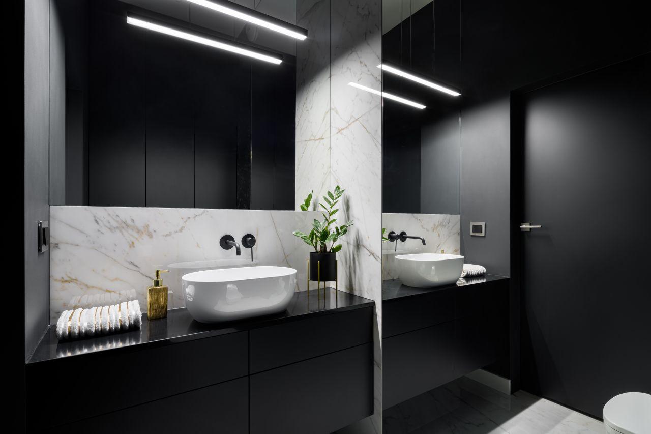 Łazienka w marmurze – atuty surowego stylu w łazience