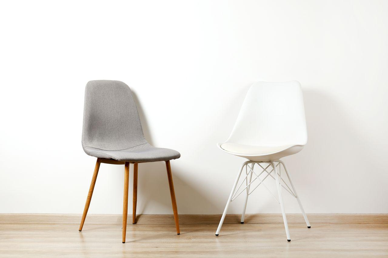 Pufa czy krzesło – co lepiej pasuje do salonu?