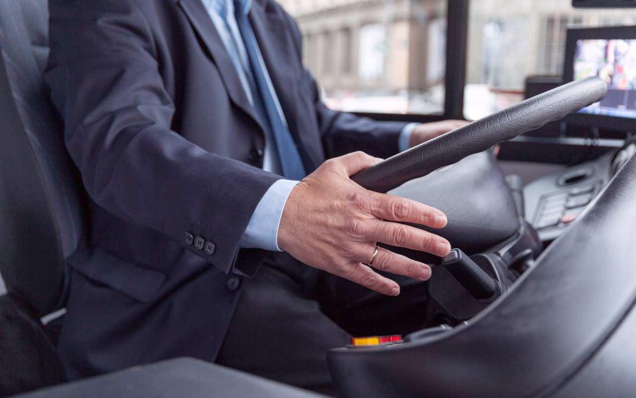 Wynajem samochodu wraz z kierowcą – kilka przydatnych informacji