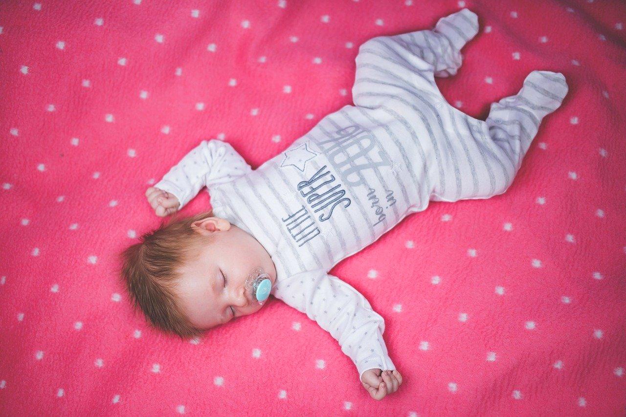 W co ubierać niemowlaka wiosną?