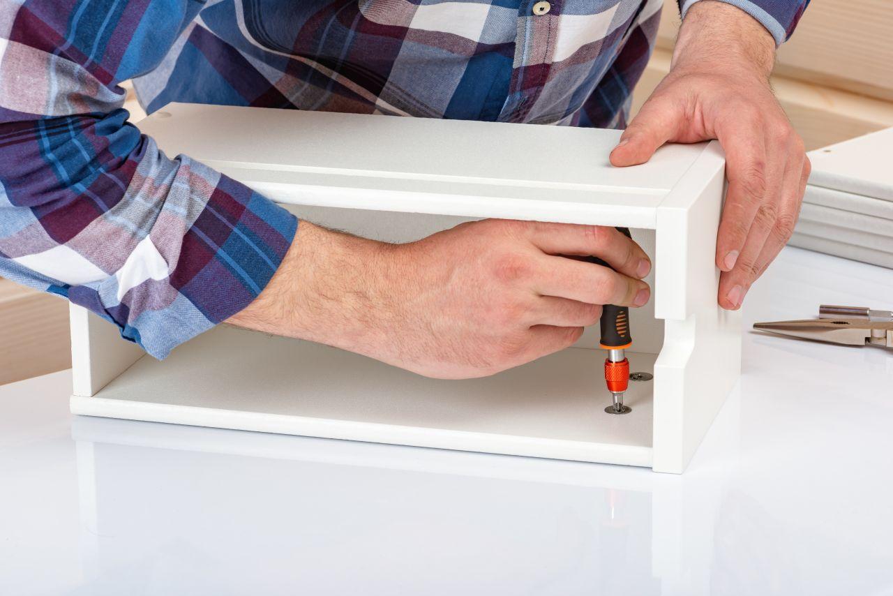Jak wybrać stół montażowy, aby był ergonomiczny?