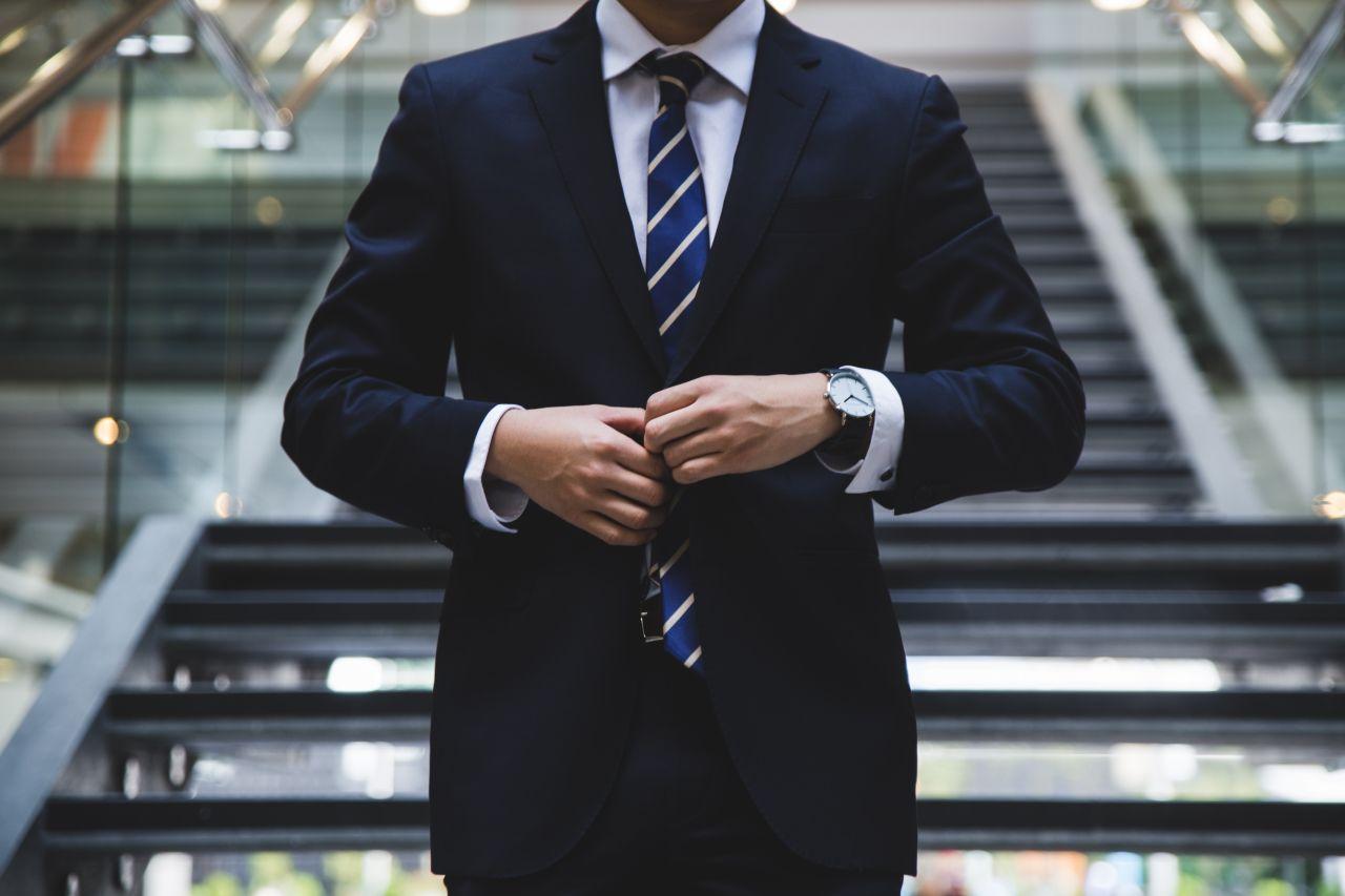 Elegancki mężczyzna od A do Z – jakie kroki podjąć, aby się nim stać?