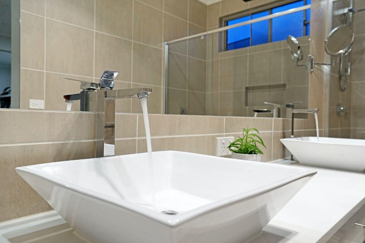 Mała łazienka pełna elegancji – na jakie detale zwrócić uwagę?