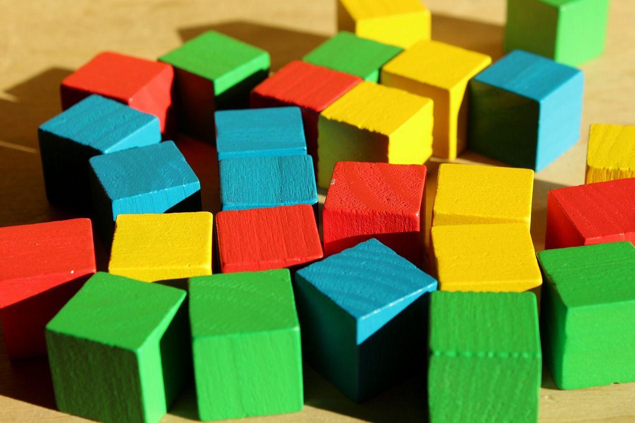 Jakie zabawki najbardziej wspierają rozwój małych dzieci?