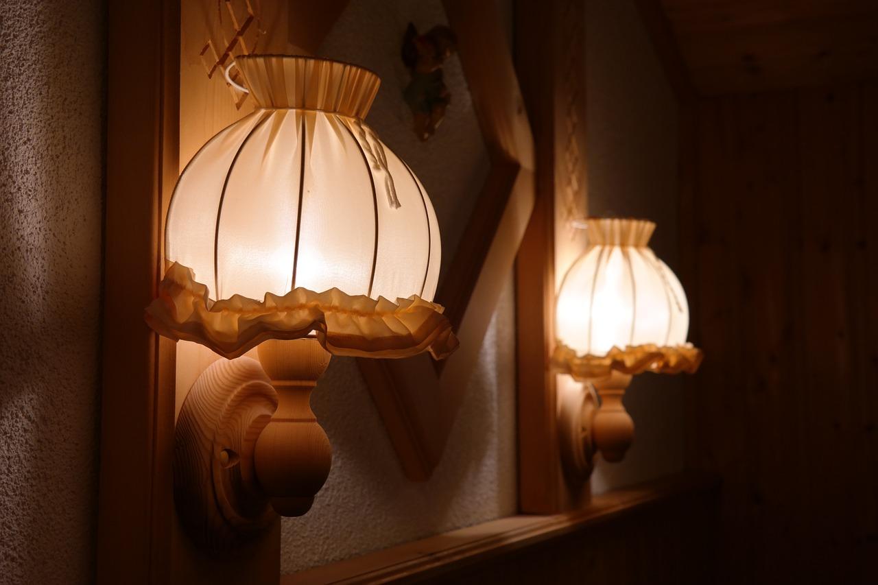 Lampy z abażurem, jako sprawdzony sposób na stworzenie klimatycznego nastroju we wnętrzu