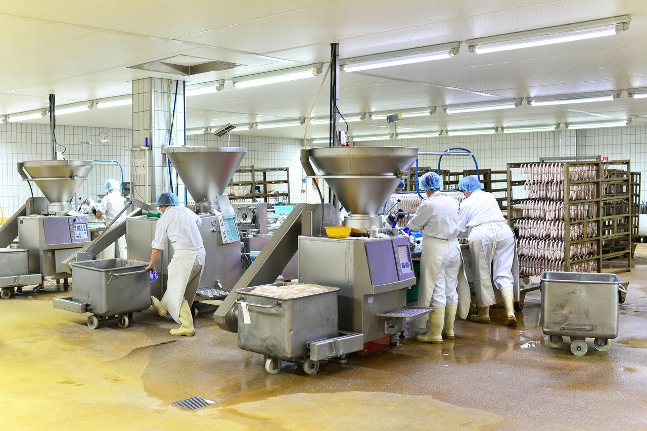 Jakie urządzenia wspomagają działanie maszyn w ramach automatyki przemysłowej?