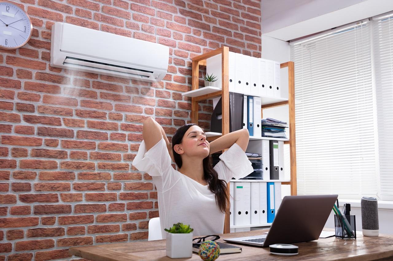 Sposoby na podniesienie komfortu pracy w biurze