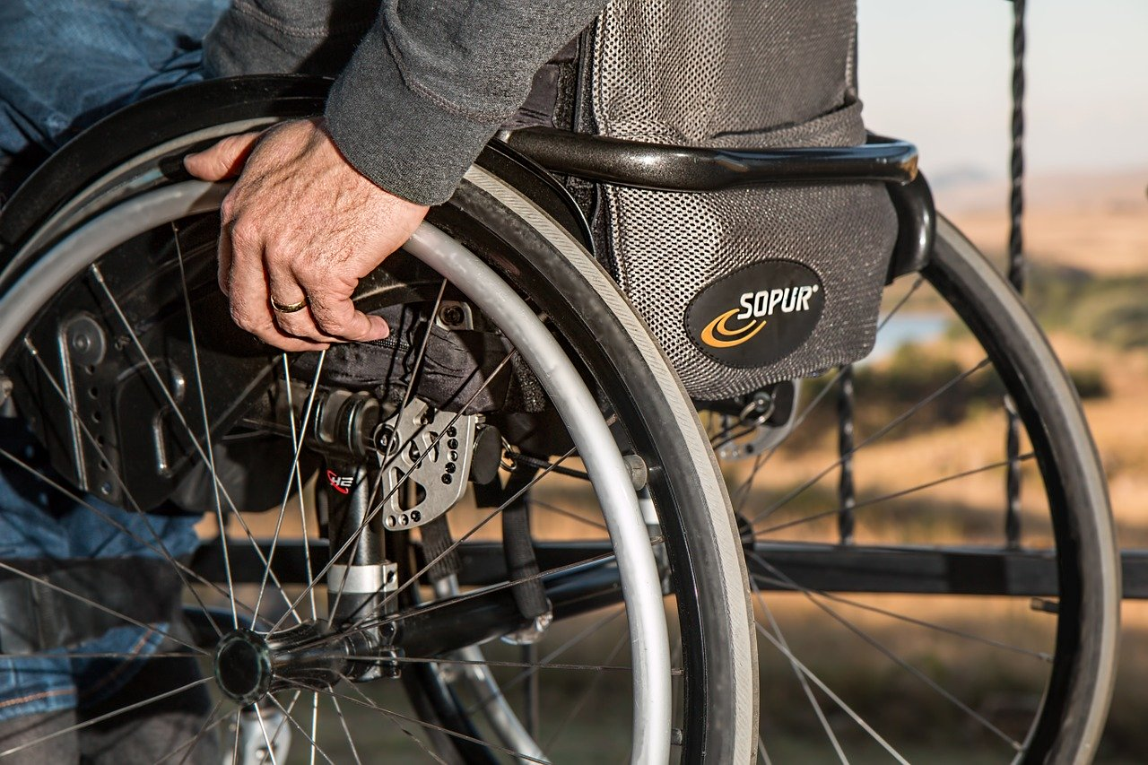 Wózek inwalidzki – jak go szybko pozyskać dla osoby niepełnosprawnej i koszty związane z jego nabyciem